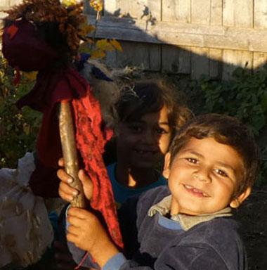 Ein Kind aus Roma-Dorf ohne Infrastruktur.
